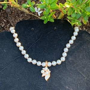 Jewelry - Vintage cream shell pearl pendant necklace